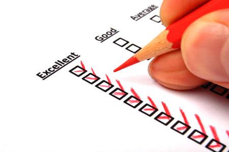 encuestando: encuesta o concepto de sondeo con el l�piz rojo y la casilla de verificaci�n Mostrar la comercializaci�n