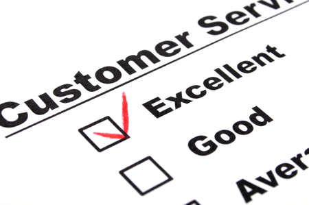 Marketing-Konzept mit Kontrollkästchen aus Fragebogen und Rotstift