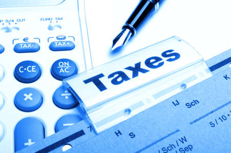 taxes: impuestos o concepto de impuestos con la palabra en el �ndice de la carpeta de negocios Foto de archivo