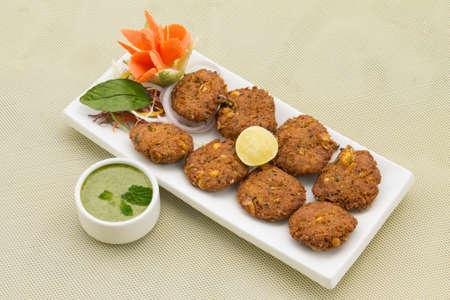 Aloo mais Tikki-Patate fritte cotolette di mais Archivio Fotografico - 76318143