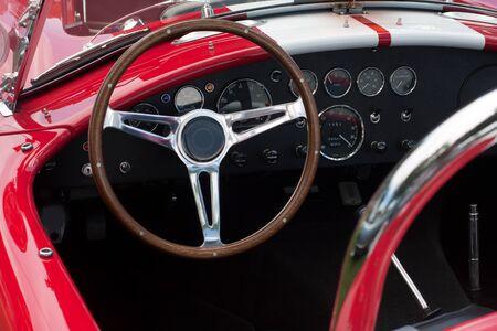 dashboard van een converteerbare sportwagen met open dak Stockfoto