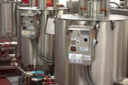 productos quimicos: Dos tanques del calentador en una f�brica de chocolate Foto de archivo
