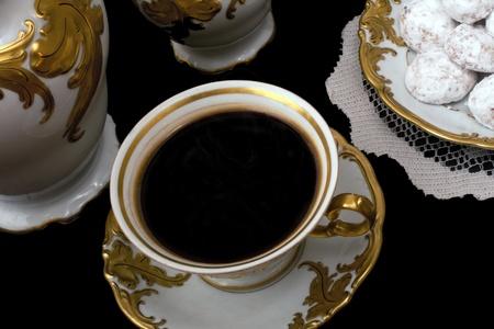 Het instellen van een kopje koffie in antiek porselein met cookies