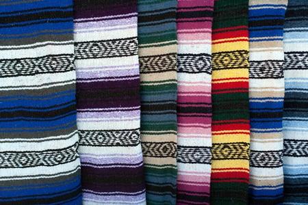 インドの敷物および毛布のカラフルなトレーディング ポストで表示します。
