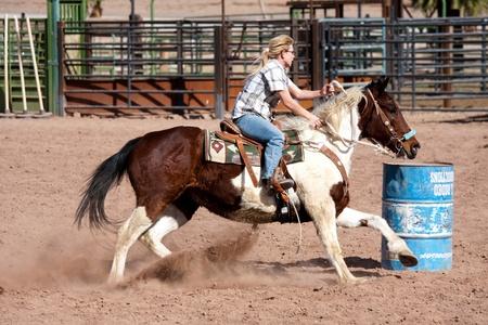 vaqueras: Caballo de la raza Las mujeres barril en el corral en Las Vegas Editorial