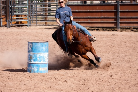 Women horse barrel race in corral in las vegas Editöryel