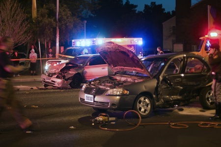 ambulancia: Accidente automovilístico por la noche con luces intermitentes Editorial