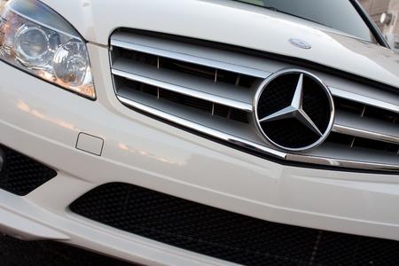 blanco coche Mercedes de la rejilla frontal y la estrella