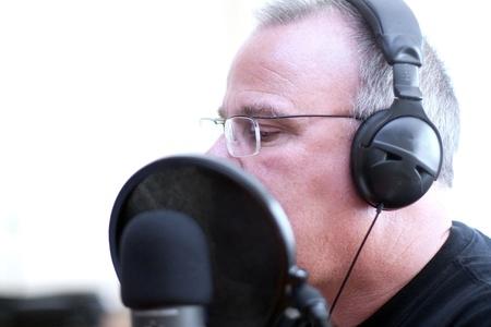 microfono de radio: Radio DJ anfitrión con auriculares y micrófono