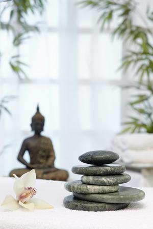 thalasso: Massages aux pierres chaudes, Bhudda et chrysanthème Banque d'images