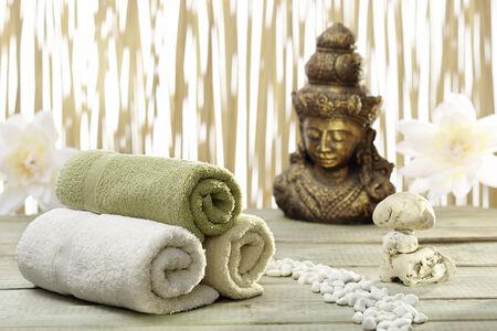 thalasso: accessoires de bain avec or statue de bouddha Banque d'images