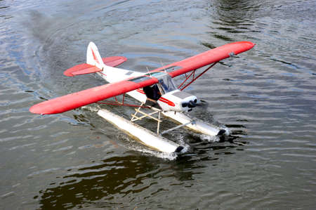 An Alaskan seaplane is floating on the Chena River getting ready for taking off. 版權商用圖片