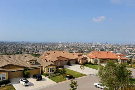 Looking over the Long Beach skyline from the top of Signal Hilltop park with neighborhood homes in the foreground. 免版税图像
