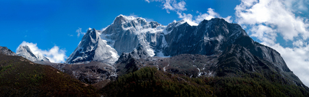 cloud capped: The vast mountains - Mount Siguniang Stock Photo