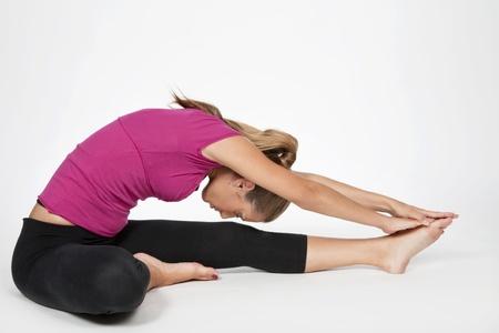 sola: giovane donna fa esercizi di yoga e pilates  Stock Photo