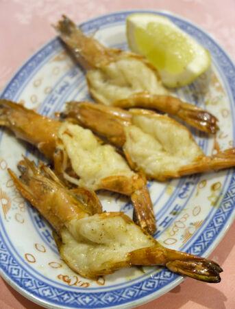 ceramica: Gamberoni e fetta di limone su piatto tradizionale cinese
