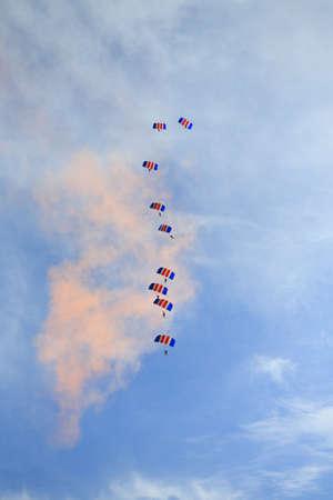caida libre: Skydivers en formaci�n apilada en Bristol Bal�n de Oro Fiesta Foto de archivo
