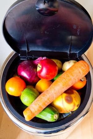 basura: Bin lleno de alimentos Millones de toneladas de alimentos en perfecto estado se vierten en vertederos, mientras que las personas en los pa�ses pobres pasan hambre Foto de archivo