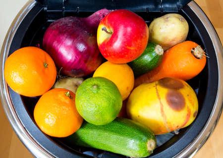 residuos organicos: Bin lleno de alimentos Millones de toneladas de alimentos en perfecto estado se vierten en vertederos, mientras que las personas en los pa�ses pobres pasan hambre Foto de archivo