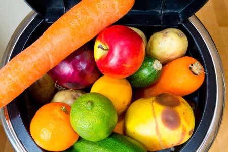 comida rica: Bin lleno de alimentos Millones de toneladas de alimentos en perfecto estado se vierten en vertederos, mientras que las personas en los países pobres pasan hambre Foto de archivo