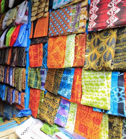 Bright cloth for sale at the market in Kumasi, Ghana Standard-Bild