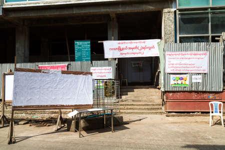 encuestando: centro de votación en las elecciones generales de Myanmar donde el partido LND de Aung San Suu Kyi ganó la mayoría