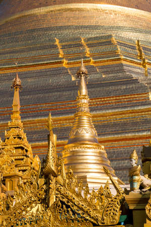 glisten: The beautiful multiple gold layers of the Shwedagon pagoda glisten in the early morning sun in Yangon Stock Photo