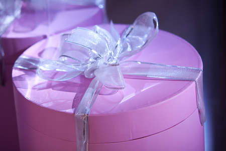 Cardboard gift pink round box with bow and ribbons Reklamní fotografie - 139333108