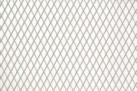 rejilla de metal blanco con celdas finas en forma de diamante