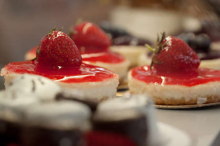 delicious curd cakes decorated with jam and strawberries 版權商用圖片