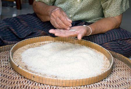 jasmine rice: aventar arroz jazm�n con la mano en la cesta