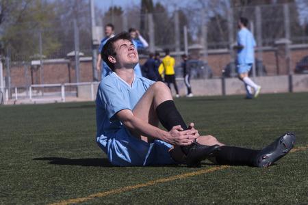 jugando futbol: Lesiones Deportivas Foto de archivo
