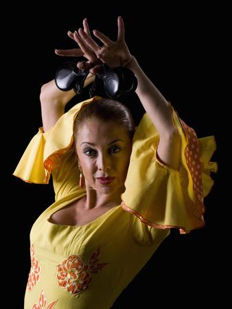 bailando flamenco: Las mujeres, vestidas con el baile flamenco