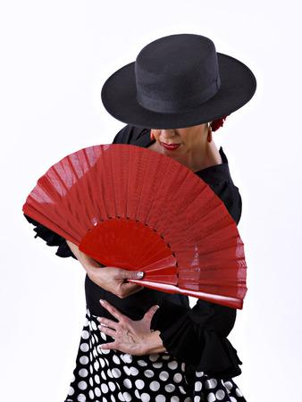bailando flamenco: Hombre, vestido de flamenco con un ventilador de mano, sobre fondo blanco