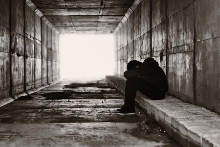 maltrato infantil: Silueta de un niño en un túnel