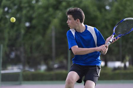 jugando tenis: Joven, jugar al tenis Foto de archivo