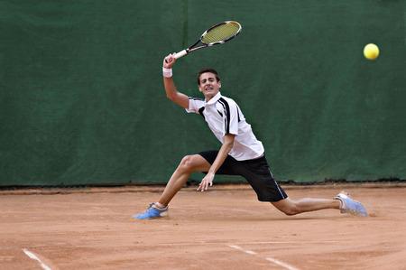 competencia: Joven, jugar al tenis Foto de archivo