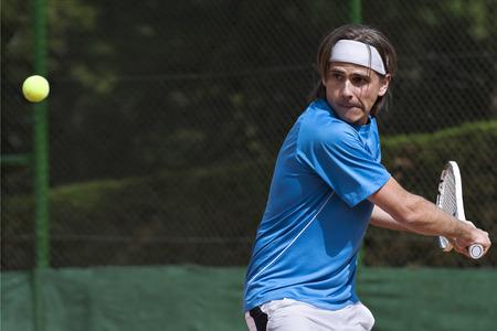 raqueta de tenis: Joven, jugar al tenis Foto de archivo