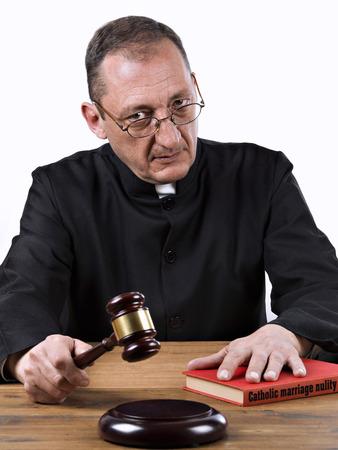 sotana: Sacerdote sentencia uno nulidad del matrimonio católico Foto de archivo