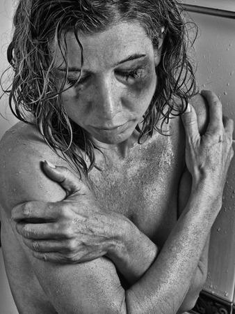 mujer golpeada: Las mujeres maltratadas en la ducha