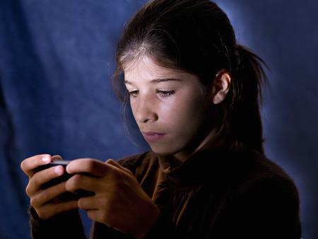 jugando videojuegos: Chica jugando juegos de video Foto de archivo