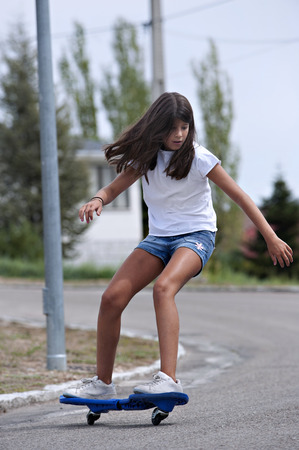 loose hair: Ragazza che gioca con una scheda d'onda. Skateboard