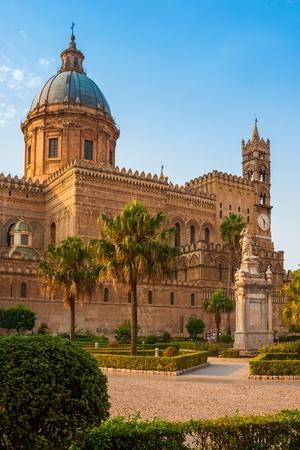 Cattedrale di Palermo durante il tramonto, isola di Sicilia, Italia Archivio Fotografico - 18078843