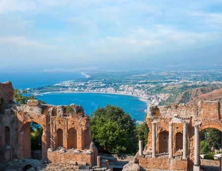 Antiguo anfiteatro griego en la ciudad de Taormina, Sicilia isla, Italia