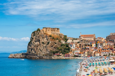 castillos: Scilla, Castillo en la roca en Calabria, Italia