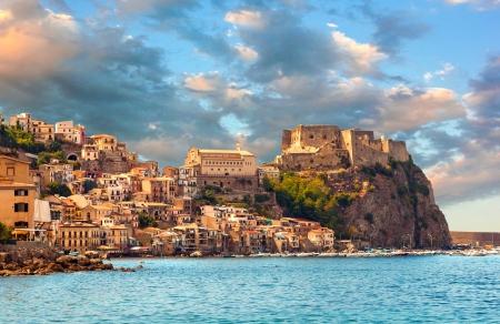 Scilla, Kasteel op de rots in Calabrië tijdens zonsondergang, Italië