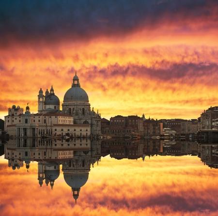 Splendido tramonto sul Canal Grande e la Basilica di Santa Maria della Salute, con belle riflessioni, Venezia, Italia Archivio Fotografico - 18078374