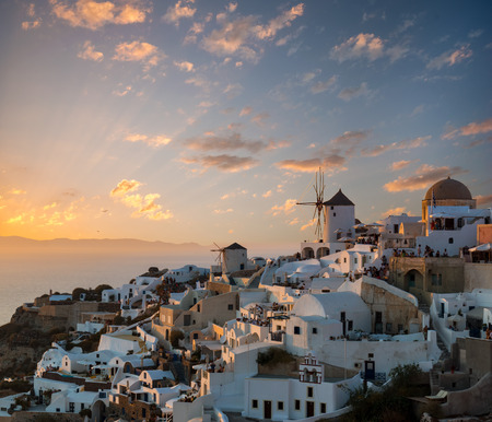 Dramatic sunset over the windmills of Oia village, Santorini island, Greece Banque d'images