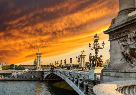 Fantastische zonsondergang over Alexandre III brug (Pont Alexandre III) en de Nationale Residence van de Invalids, Parijs, Frankrijk