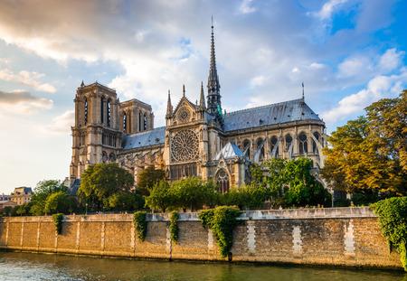 Prachtige zonsondergang over de Notre Dame kathedraal met gezwollen wolken, Parijs, Frankrijk